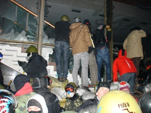 crowd at windows Ukr Dom -18C 3:30am